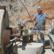 Ο Μιχάλης Κυπραίος με ότι απόμεινε από το παλιό ελαιοτριβείο της Παναγιάς